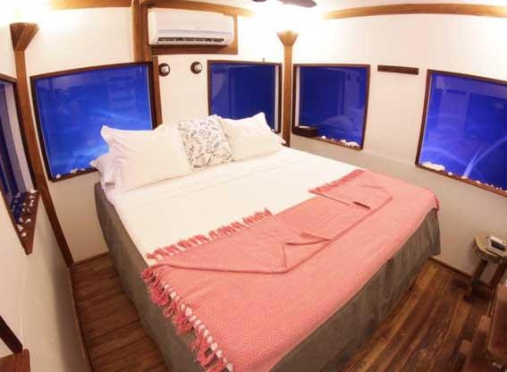 underwater room bed